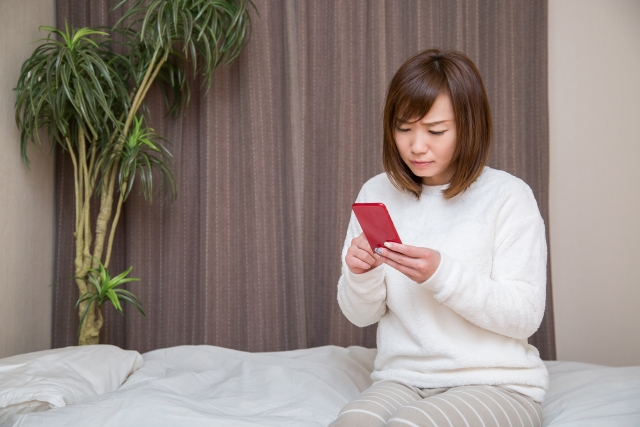 自宅のインターネット手続きで困る女性